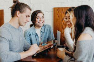 楽しく会話している外国人4人の画像