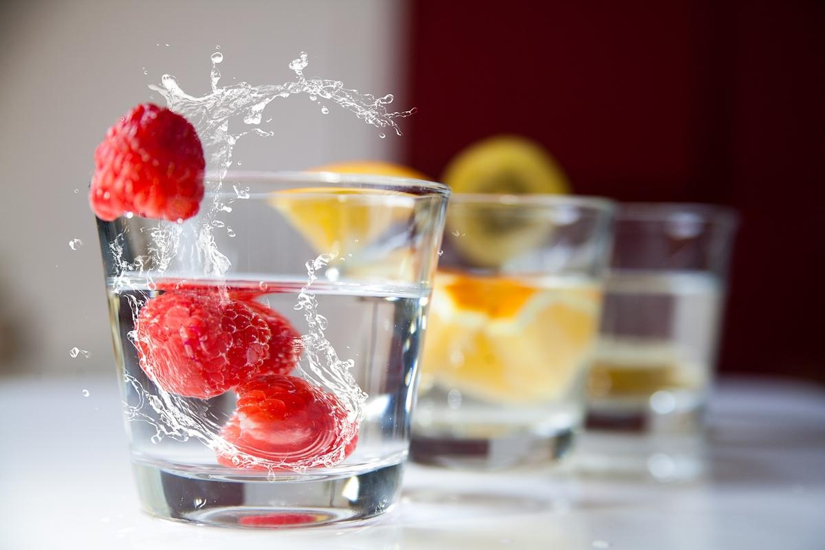 フルーツの入った水の画像