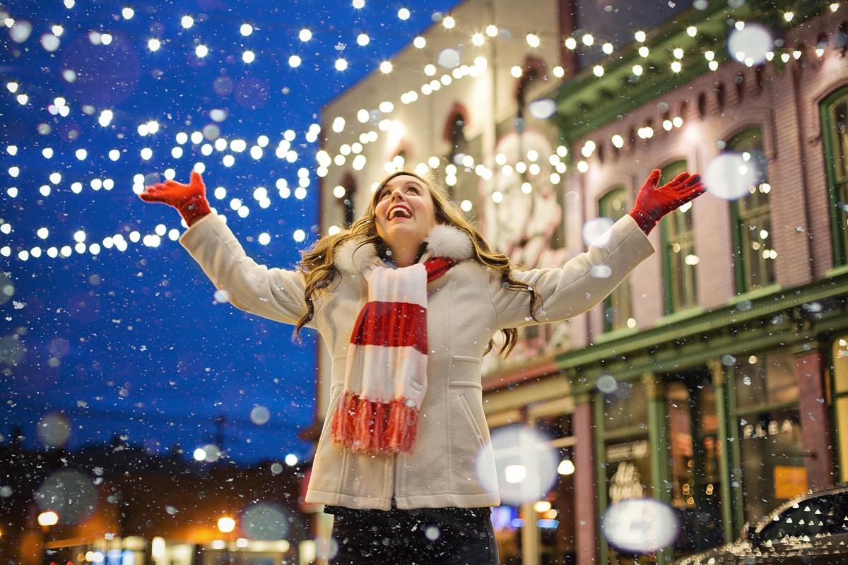 冬の夜に嬉しそうに手を広げる外国人女性の画像