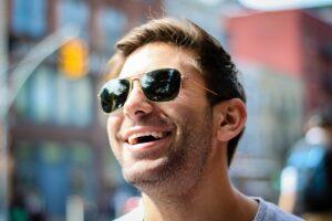 笑みを浮かべる外国人男性の画像