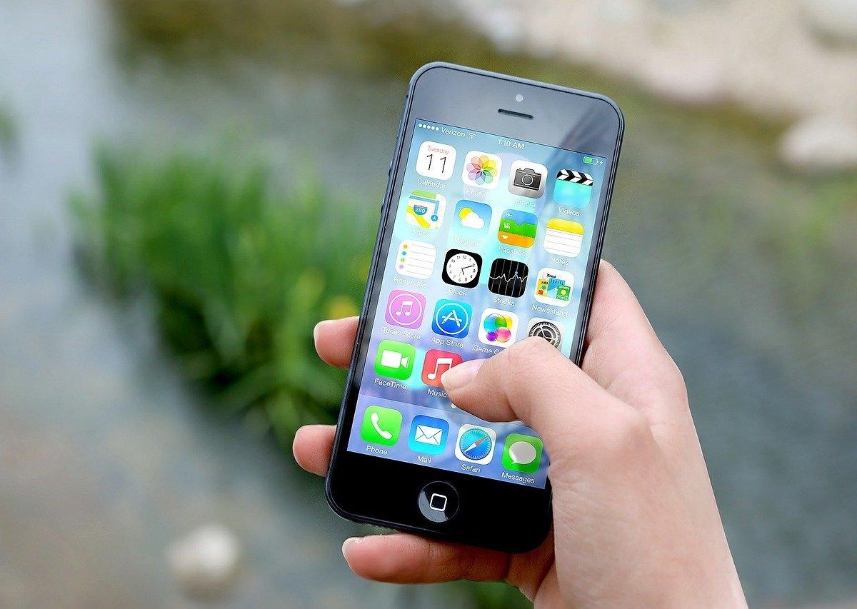 スマートフォンを操作する手の画像