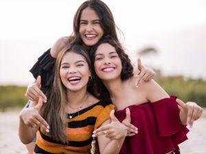 仲の良い3人の外国人女性の画像