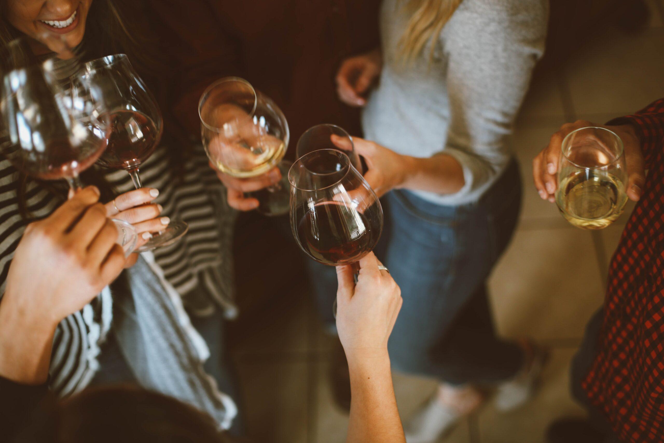 ワインを乾杯する男女の画像
